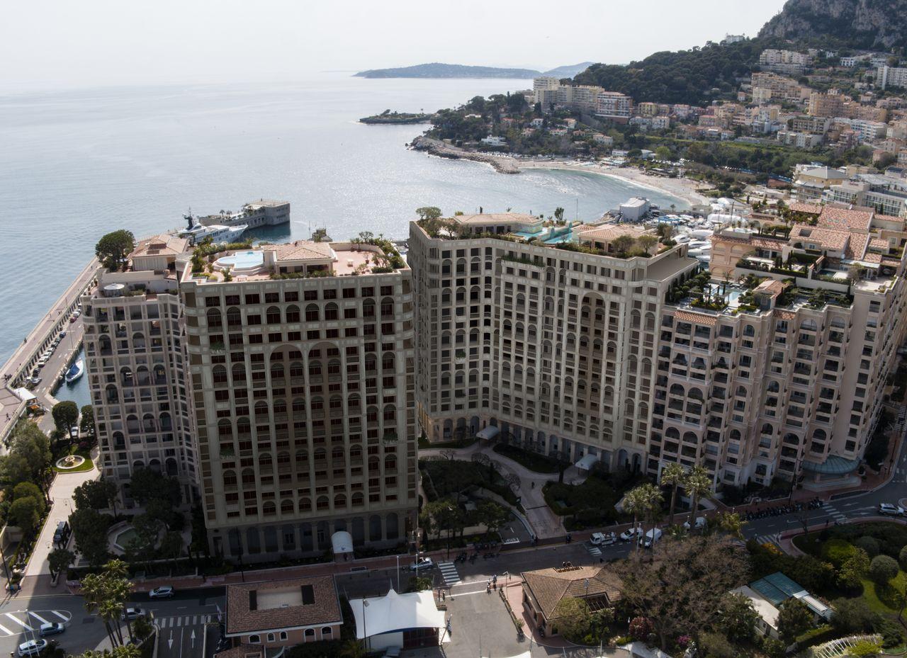 immeubles avec vu d'en haut sur le port de cap d'ail