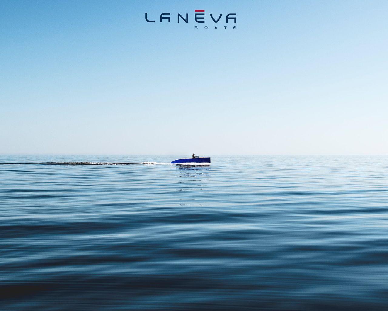 bateau naviguant sur un lac